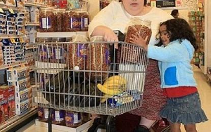 نگه داری چاق ترین مادر جهان توسط دختر ۴ ساله اش!!!