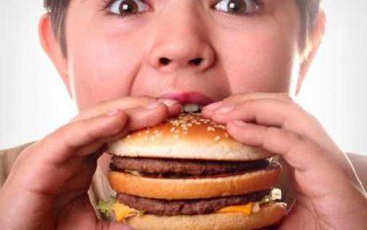 اثرات منفی فست فودها روی بدن خردسالان